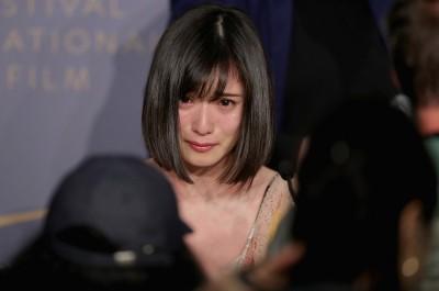カンヌ国際映画祭 より 目を真っ赤にして大粒の涙を流す松岡茉優 あげてけ